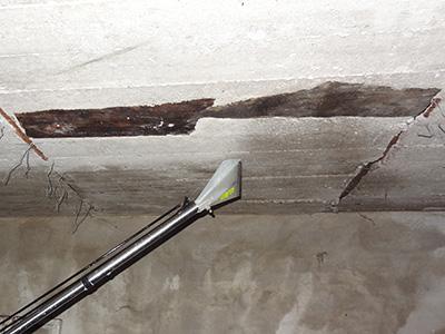 нанесение средства Векса на потолок гаража