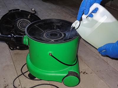 Заливка средства Векса в моющий пылесос